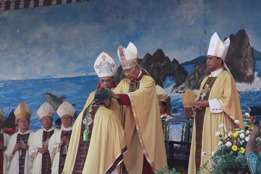 Penumpangan tangan di kepala uskup baru. PEN@ Katolik/pcp