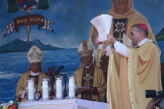 Mgr Piero Pioppo memperlihatkan Surat Pengangkatan Mgr Edwaldus sebagai Uskup Maumere sebelum membacanya. PEN@ Katolik/pcp