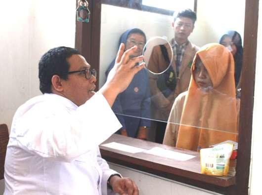 Kepala Paroki Bongsari Pastor Eduardus Didik Chahyono SJ menjelaskan perihal pengakuan dosa kepada mahasiswa dan mahasiswi IAIN Kudus. Foto PEN@ Katolik/LAT