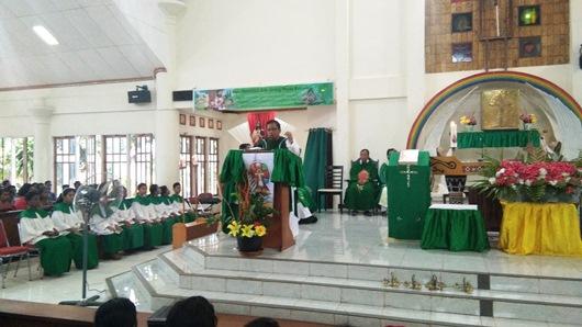 Sekretaris Komisi Seminari Konferensi Waligereja Indonesia Pastor Yoseph Kristanto Pr membawakan homili Misa Aksi Panggilan bagi OMK Keuskupan Agung Merauke. PEN@ Katolik/YM