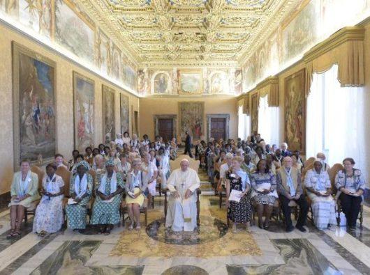 Paus Fransiskus bersama peserta konferensi internasional untuk para janda (Foto Vatican Media)