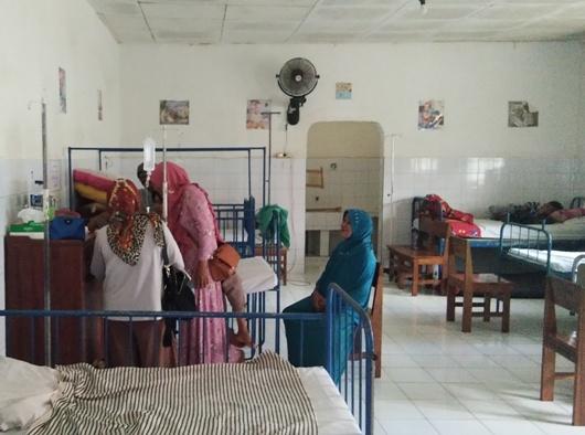 Keluarga saat mengunjungi pasien yang selesai melakukan operasi bibir sumbing. YM