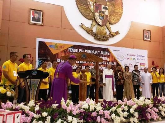 Mgr Rolly memukul tetengkoren sebagai tanda penutupan rangkaian Peringatan Yubileum 150 Tahun Bertumbuh Kembali Gereja Katolik di Keuskupan Manado Tingkat Kevikepan Manado  (Foto A. Ferka)