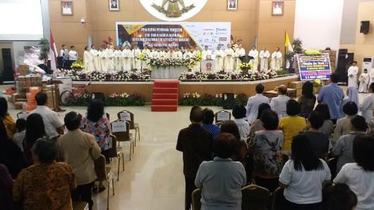 Misa dipimpin Mgr Rolly dan didampingi Uskup Emeritus Suwatan dan pastores Kevikepan Manado