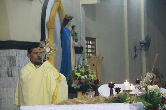 Mgr Potokota memberkati umat dengan Sakramen Mahakudus. PEN@ Katolik/pcp