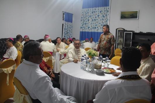 Para Uskup di rumah dinas Bupati Sikka yang baru. PEN@ Katolik/pcp
