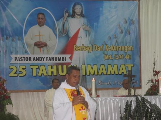 Pastor Andreas Fanumbi Pr menyampaikan homili  dalam Misa Syukur Pesta Peraknya di Gedung Vertenten Sai. Foto PEN@ Katolik/YM