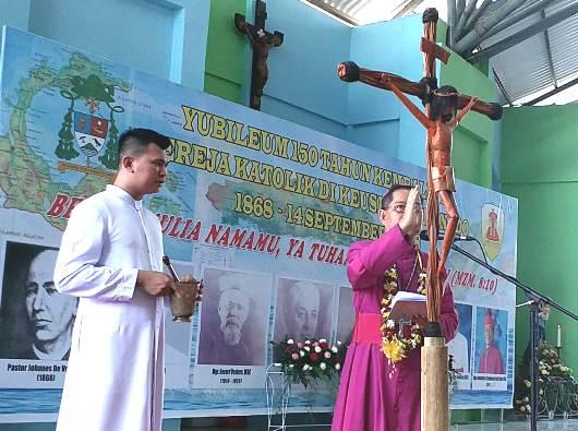 Uskup Manado Mgr Benedictus Estephanus Rolly Untu MSC, didampingi Ketua Komkep Kusuma, memberkati Patung Salib Kusuma Youth Day 2018 yang akan diarak menuju tempat pelaksanaan di Tompaso Baru. (Foto: PEN@ Katolik/A. Ferka)