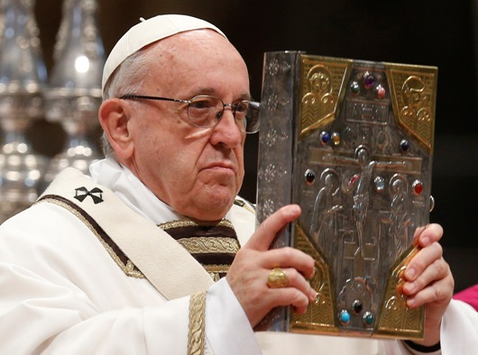 Paus Fransiskus membawa Injil saat merayakan Kamis Putih di Basilika Santo Petrus di Vatikan, 29 Maret 2018. Foto Paul Haring/CNS