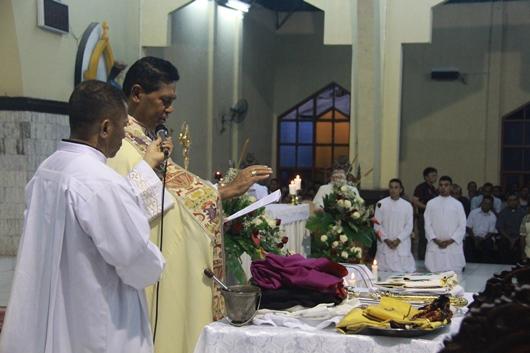 Pemberkatan Insignia oleh Mgr Sensi Potokota