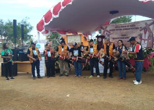 Pencanangan Gerakan Seribu Rupiah oleh Pastor Andreas Fanumbi Pr yang ditandai dengan pemukulan tifa. YM