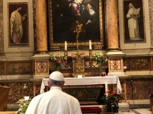 Paus Fransiskus berdoa di depan gambar Maria Salus Populi Romani di dalam Basilika Santa Maria Maggiore sebelum melakukan Kunjungan Apostolik ke Lithuania, Latvia, dan Estonia. Foto Vatican Media