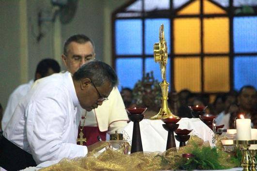 Mgr Edwaldus  Martinus Sedu menandatangani dokumen Pengakuan Iman dan Sumpah Setia. PEN@ Katolik/pcp