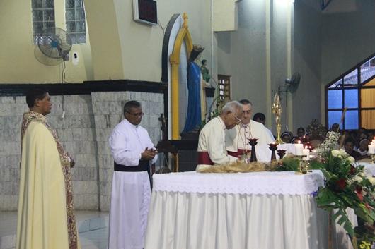 Penandatanan dokumen oleh Mgr Pareira. PEN@ Katolik/pcp