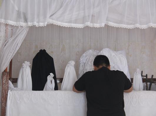 Seorang imam Dominikan berdoa di depan patung-patung Tuan Meninu di Keuskupan Larantuka. PEN@ Katolik/pcp