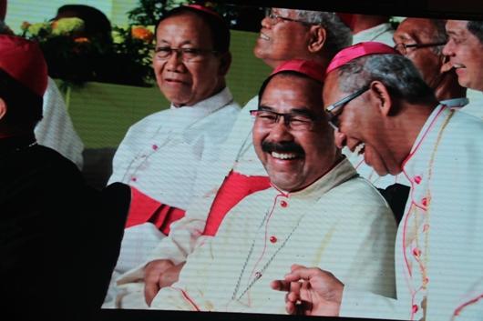 Mgr Rubiyatmoko berkumis ditampilkan di layar lebar seputar Graha Unsoed. Foto PEN@ Katolik/pcp