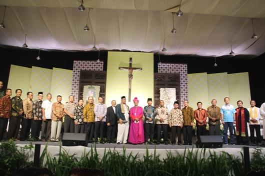 Mgr Tri Harsono bergambar bersama Pemerintah Kabupaten Banyumas, serta para pimpinan legislatif dan yudikatif, wakil FBUB Jawa Barat dan Basolia Bogor, serta pihak keamanan dan tokoh masyarakat.  Foto PEN@ Katolik/pcp