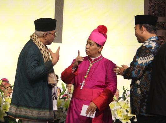 Mgr Tri Harsono berbincang dengan Ketua Basolia Bogor, Kyai Haji Zainal Abidin (kiri) dan Bupati Banyumas Achmad Husein (kanan). PEN@ Katolik/pcp