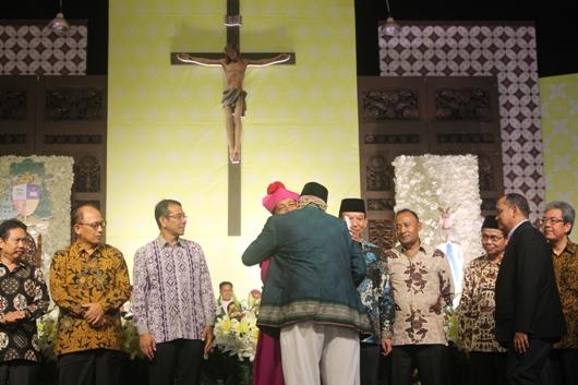 Mgr Tri Harsono berpelukan dengan Ketua Basolia Bogor, Kyai Haji Zainal Abidin. PEN@ Katolik/pcp