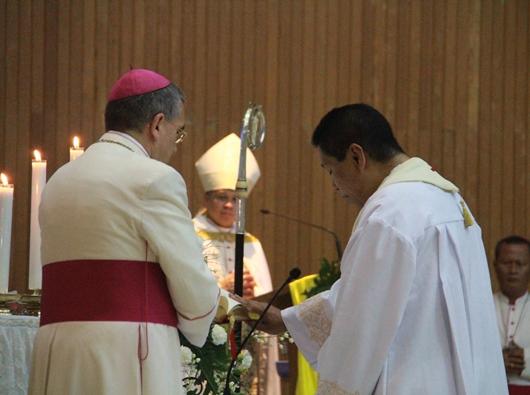 Mgr Tri Harsono mengucapkan janji sambil menyentuh Kitab Suci dihadapan Uskup Agung Piero Pioppo dan Mgr Antonius Subianto Bunjamin OSC. PEN@ Katolik/pcp