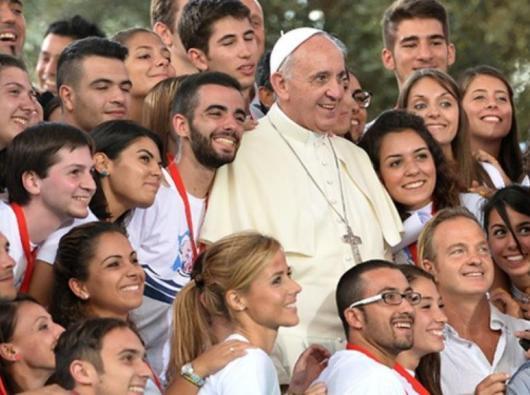 Paus bergambar bersama beberapa orang muda. Foto diambil dari La Stampa
