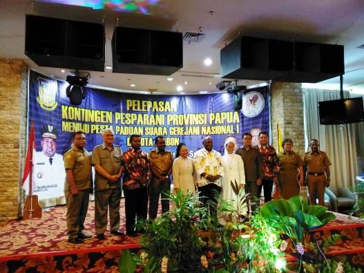 Wakil Gubernur bergambar bersama pejabat pemerintah, pimpinan Gereja dan panitia inti. Foto Vincentius Lokobal