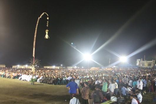 Sekitar 30 ribu umat dan sekitar 520 imam dan 27 uskup hadir dalam pentahbisan Mgr Edwaldus mendengarkan sambutan Gubernur NTT. PEN@ katolik/pcp