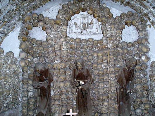 web-skulls-santa-maria-della-concezione-dei-cappuccini-relics-bones-saints-capuchins-franciscans-cc-by-2-5Batok-batok kepala para biarawan Kapusin menghiasi ruang bawah tanah Gereja Santa Maria della Concezione di Roma. Foto dari Wikipedia
