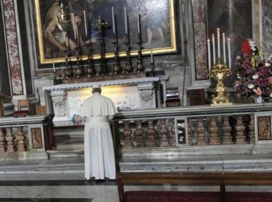 Paus  Fransiskus sedang berdoa di makam Santo Yohanes Paulus II tanggal 22 Oktober 2018.   (ANSA)
