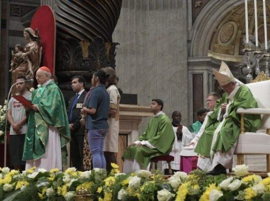 "Kardinal Lorenzo Baldisseri membacakan ""Suarat dari Bapa-Bapa Sinode untuk Orang  Muda"" di akhir Misa penutupan.  (Vatican Media)"