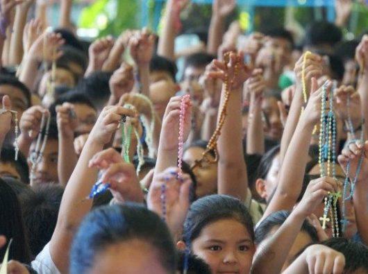 Anak-anak berdoa Rosario di Filipina. Foto Vatican Media