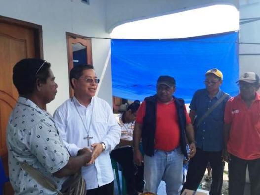 Mgr Rolly Untu MSC menyalami para korban dan memberi bantuan. Foto Komsos Keuskupan Manado