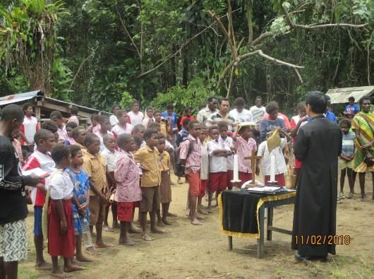 Frater Vincent Budi memimpin doa arwah yang juga dihadiri anak-anak sekolah SD.