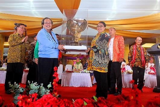 Piala untuk Juara Umum Pesparani I Ambon