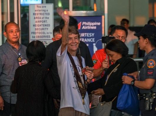 Suster mengucapkan selamat berpisah kepada orang Filipina saat hendak terbang pulang ke Australia # November.  CBCP NEWS