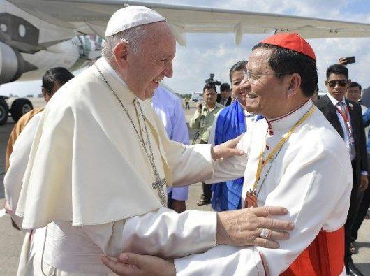 Paus Fransiskus bersama Kardinal Charles Bo di  Myanmar, November  2017.  Vatican Media