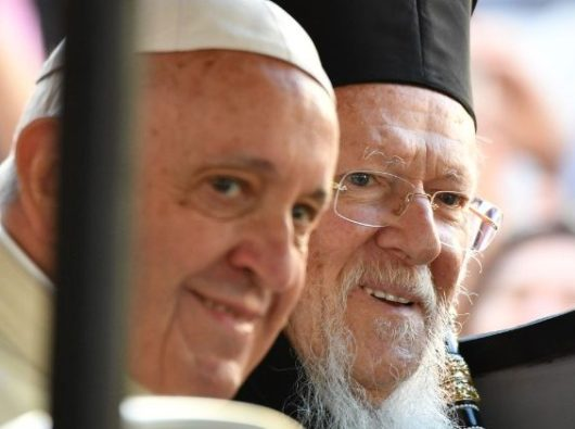 Paus Fransiskus dan  Patriark Ekumenis Konstantinopel Bartholomeus. Foto AFP