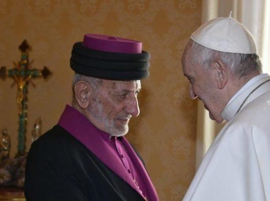 Paus Fransiskus menyalami Patriark Katolikos Gereja Asiria Timur Mar Gewargis III  (Vatican Media)