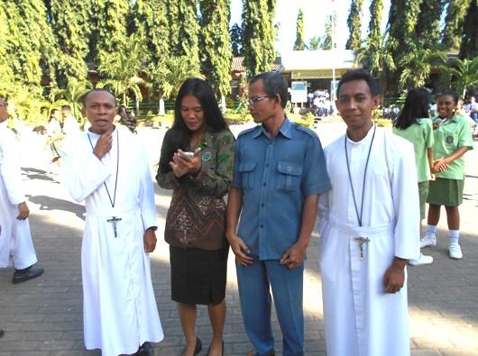 Glewo Suyanto (ketiga dari kiri) bersama Ibu Anggi, guru yang beragama Islam di SMAK Frateran Maumere, diapit dua Frater Bunda Hati Kudus. (PEN@ Katolik/ yuven Fernandez)