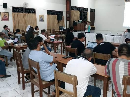 Ketua Komisi Keluarga dan Gender Selvie Rumampuk mempresentasikan program kerja dan anggaran 2019 untuk komisi yang dipimpinnya. (PEN@ Katolik/A. Ferka)