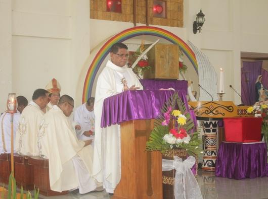 Pastor Emmanuel Ohoiwutun MSC,  misionaris di Negara Ekuador, Amerika Latin, memberi homili dalam Misa Pesta Perak Imamatnya di Merauke. PEN@ Katolik/ym
