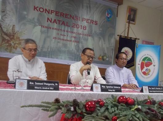 Mgr Ignatius Suharyo dalam Konferensi Oers Natal 2018 didampingi Pastor Samuel Pangestu dan Pastor Hani Rudi Hartoko SJ. PEN@ Katolik/km