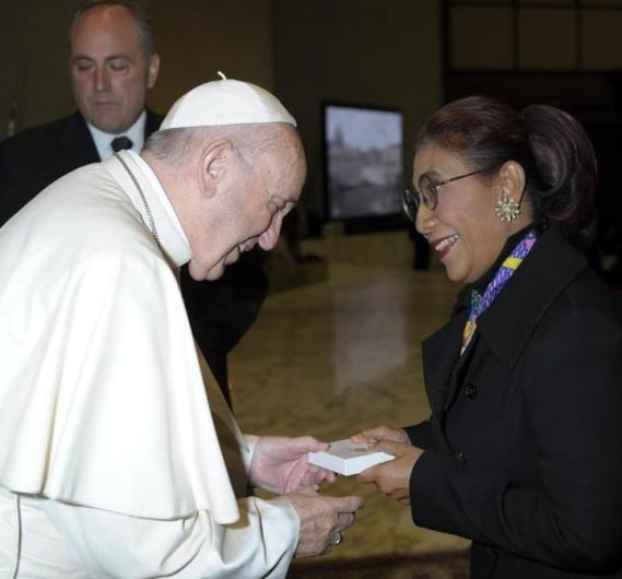 Menteri Susi Pudjiastuti menerima souvenir dari Paus Fransiskus. Foto berdasarkan Instagram  https://www.instagram.com/susipudjiastuti115/
