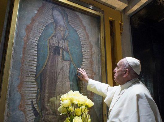 Paus Fransiskus berdoa di depan Bunda Maria dari Guadalupe (Vatican Media)