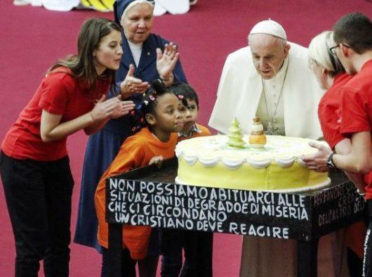 Paus  Fransiskus dalam audiensi dengan anak-anak dan keluarga dari Klinik  Santa Marta  (ANSA)