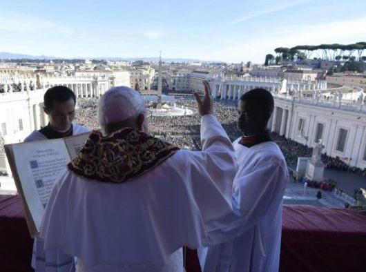 Paus Fransiskus memberikan berkat Urbi et Orbi (Vatican Media)