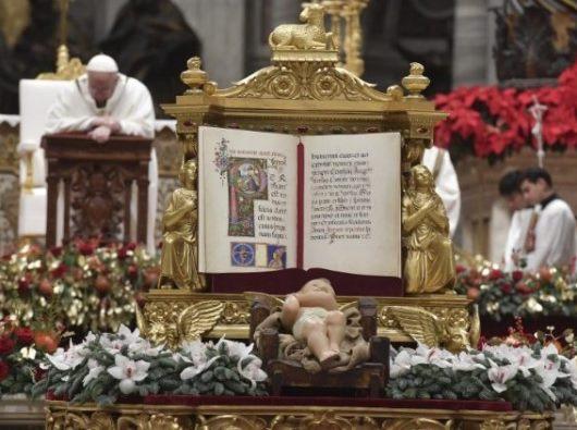 Paus Fransiskus merayakan Misa Malam Natal. (Vatican Media)