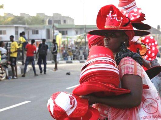 Penjual jalanan menjual topi dan barang-barang Natal di sepanjang jalan di Lagos (Nyancho NwaNri)