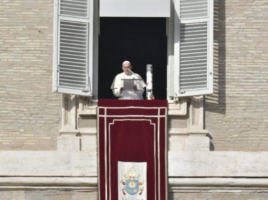 "Paus Fransiskus saat Doa Malaikat Tuhan, dengan sebuah ""Lilin untuk Perdamaian di Suriah""  (Vatican Media)"