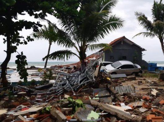 Sebuah mobil terlihat di antara rerentuhan setelah tsunami melanda pantai Carita di Pandeglang, Banten. Foto diambil dari web Vatican News